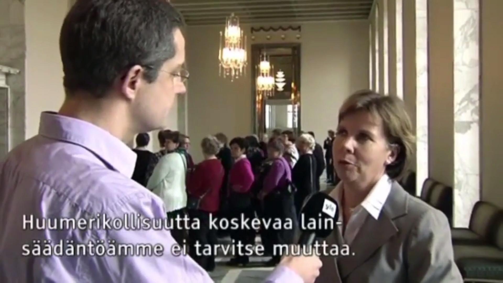 Kuvankaappaus videolta, jossa Anna-Maja Henriksson sanoo oikeusministerinä ollessaan, ettei Suomen huumelakeja tarvitse muuttaa.