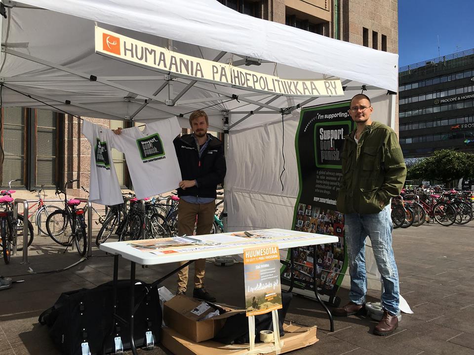Helsingin Elielinaukiolla Humaania päihdepolitiikkaa ry:n esittelyteltta tavoitti monia henkilöitä, joille yhdistyksen tavoitteet olivat uusia.